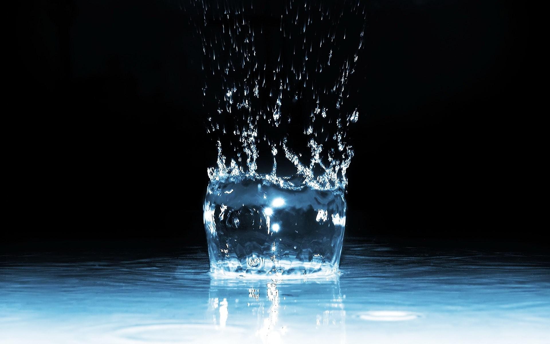Water Spray Liquid Wallpaper