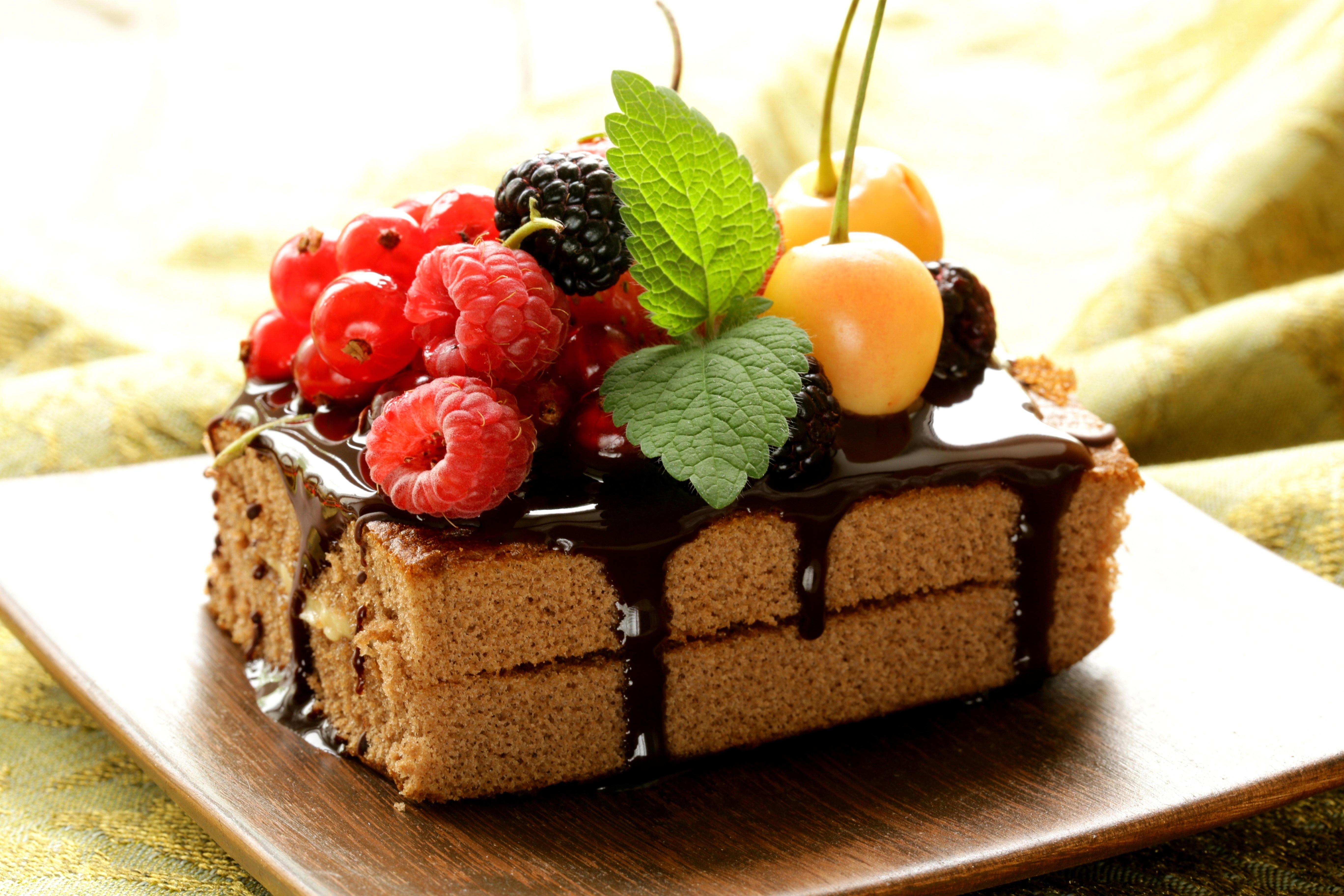 Белый торт с кусочками фруктов  № 2171546  скачать