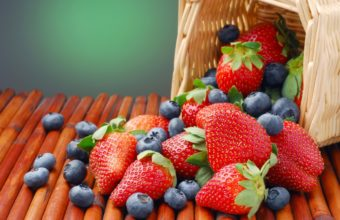Strawberries And Blueberries Wallpaper 2560x1600 340x220
