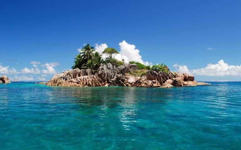 Blue Sea Island 2560 x 1600 768x480