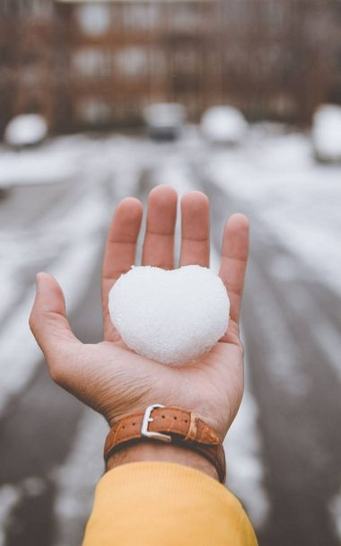 Hand Snow Heart 800x1280 380x608
